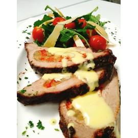 Carne rellena de verduras con salsa de champignones