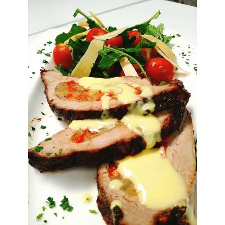 Carne rellena de ricotta y espinaca con salsa de champiñones.